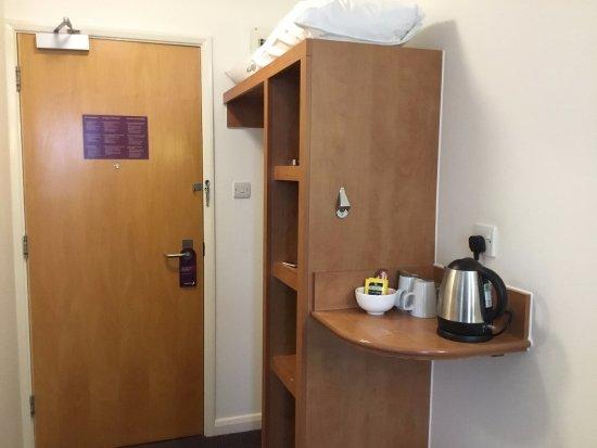 Premier Inn Eastbourne Hotel: Tea/Coffee Facilities.