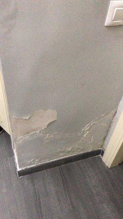 Roma Hostal: La camera umida infatti le pareti si scrostavano. Dalla finestra della camera si vedeva il ripos