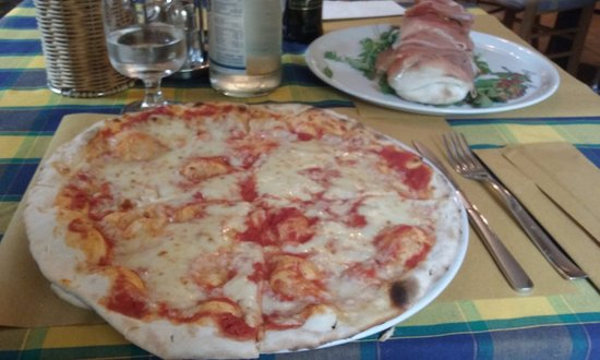 Terlago, Italien: pizza margherita e rotolo