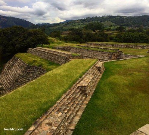 San Juan Sacatepequez, Guatemala: Muro y campo de juego de pelota en Chuwa nim abaj, o Mixco viejo