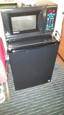 Fairfield Inn & Suites New Bedford: Microwave and refrigerator