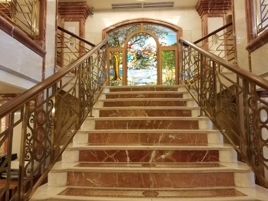 Killarney Plaza Hotel and Spa: The beautiful staircase in the lobby.