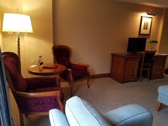 Killarney Plaza Hotel and Spa: All the comforts of home in this large and spacious sleeping room