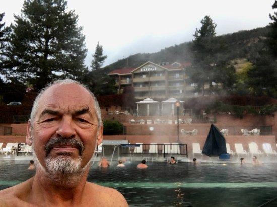 Glenwood Hot Springs Resort : Blick vom Pool zum gegenüberliegenden Hotel.Nix mehr von Schnee zu sehen.