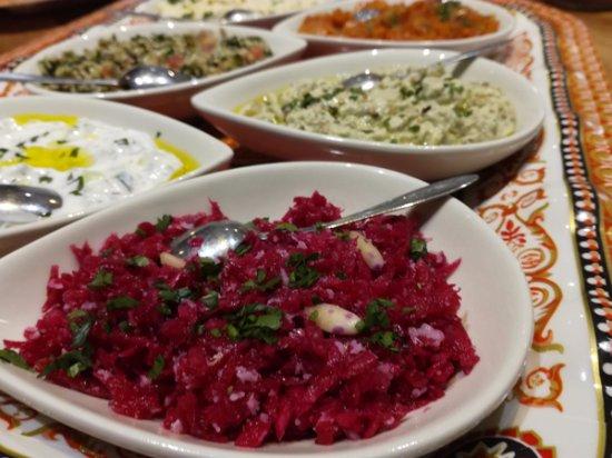 Morieres-les-Avignon, France: plateau mezés froids: choux rouge sauce à l'huile de coco, tzaziki, caviar d'aubergines, taboulé