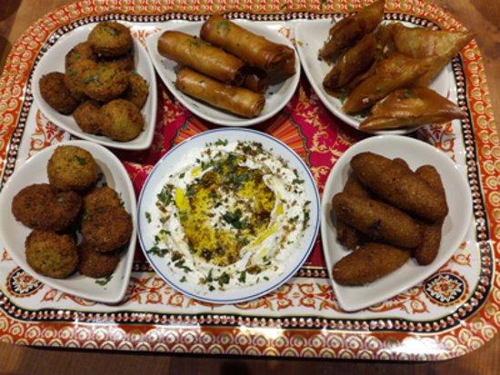 Morieres-les-Avignon, France: mezés chauds: samoussa, falafel, kebbé, rouleaux, avec sauce labné