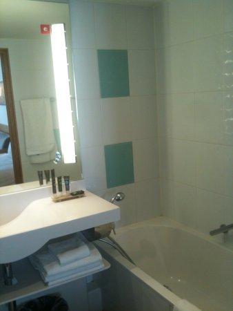 Salle de bain (baignoire + douche) - Bild von Novotel Brussels Off ...