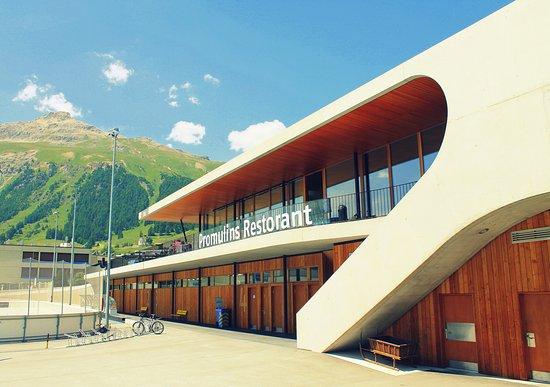 Samedan, Switzerland: Hausberg Piz Padella mit Terrasse & Eingang vom Restaurant