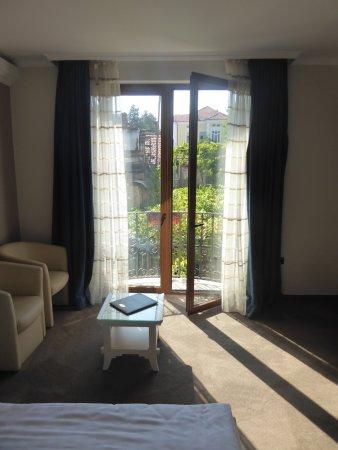 Hotel  Studio: French window to small balcony