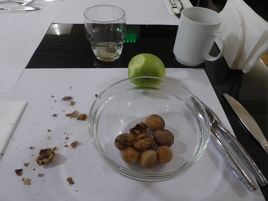 Hotel  Studio: nuts for breakfast