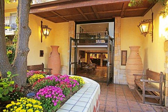 Hotel Pepper Tree: Front Door