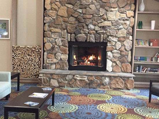 Country Inn & Suites by Radisson, Mishawaka, IN: Lobby Fireplace