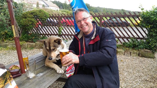 Castleton, UK: So friendly the dog was on the table....