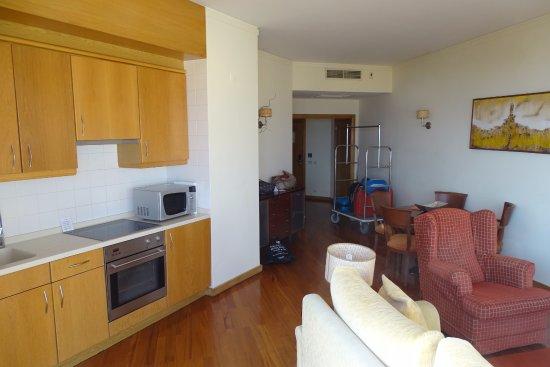 Linda-a-Velha, Portugal: huiskamer met keukenblok