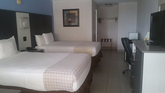 Atlantic Ocean Palm Inn: Nice clean room with tile floor, comfy beds, and modern TV