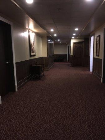 Hotel Senator Saskatoon: hallway