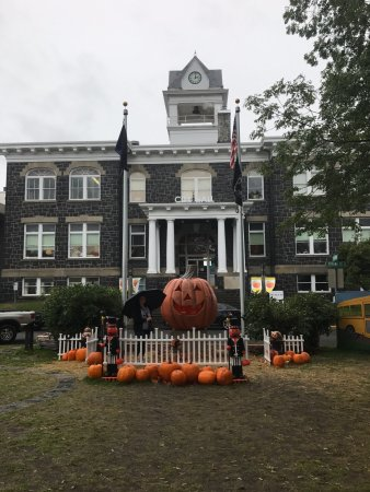 "Saint Helens, Oregón: Courthouse with ""Halloweentown Pumpkin"""