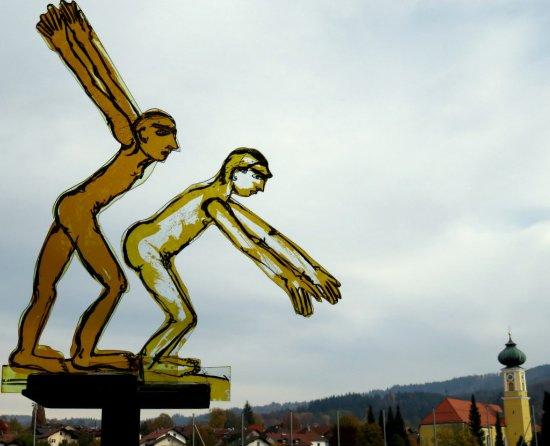 Frauenau, Germania: Zwei Glas-Springer neben einem Bach im Gläsernen Garten