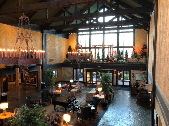 Tenaya Lodge at Yosemite: Nicely decorated lobby area