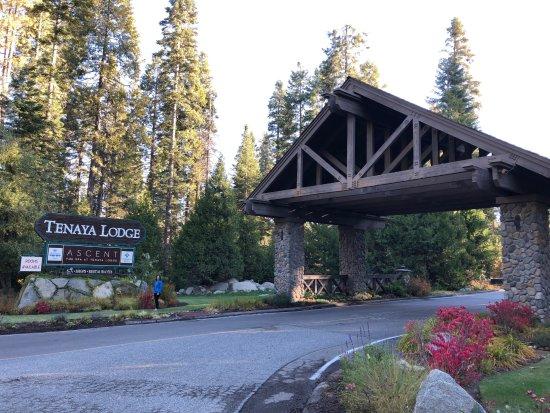 Tenaya Lodge at Yosemite: The welcoming entrance way