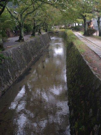 Kyoto Prefecture, Japan: תעלות המים בצידי השביל