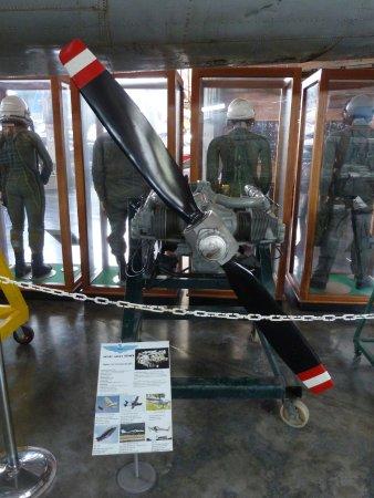 Museo Aéréo Fénix: Antriebsmaschine mit Luftschraube und dahinter PIloten-/Druckanzüge.