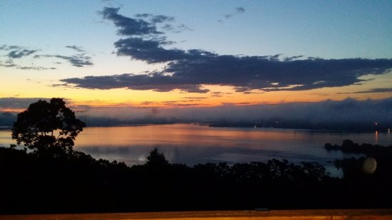 Blue Eye, MO : View of Sunrise over Table Rock Lake from the Couple's Cove Balcony