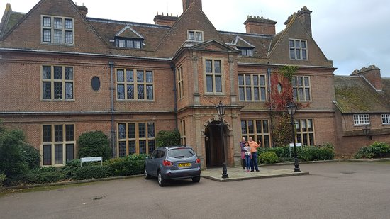 Little Horwood, UK: THe front entrance of the hotel is beautiful, but it hides a hotel that is geered for businesses