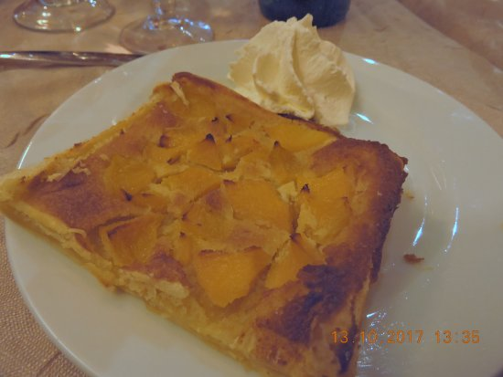 Ota, France: Tarte aux pêches, crème chantilly.