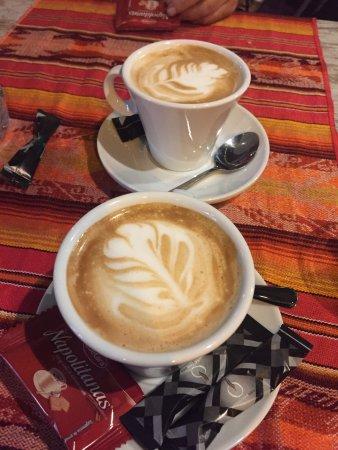 Sunset St.: Café con leche con detalle, choricitos al vino, palomitas de pollo y quesadillas de jamón y ques