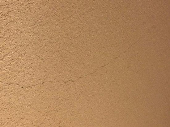 Sacramento Marriott Rancho Cordova: Cracks in the ceiling