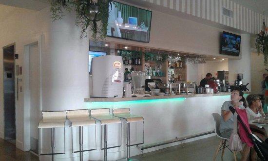The President Hotel - Miami Beach: En la barra te sirven el trago de bienvenida