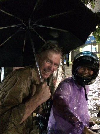Two Dragons Guesthouse: Mr Morom and Steve in a minor flood when tuk tuk stalled