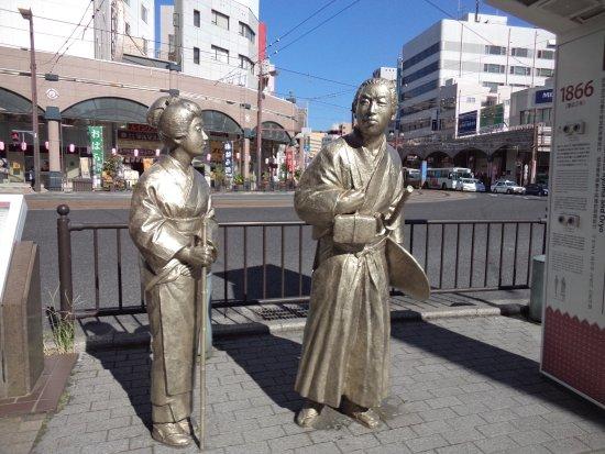 「龍馬、お龍と薩摩でひと休み」像