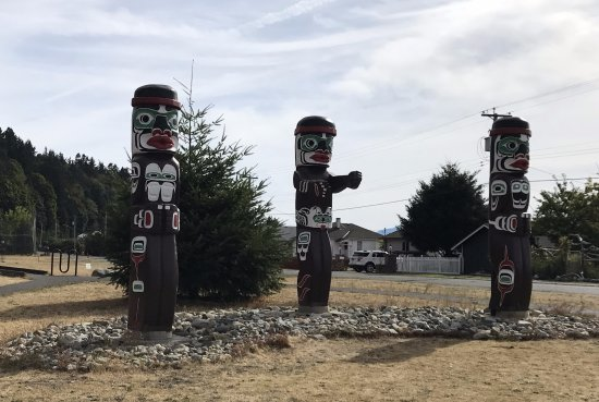 Квадра-Айленд, Канада: Totems outside Kwagiulth Museum and Cultural Center, #34 Weway Road, British Columbia