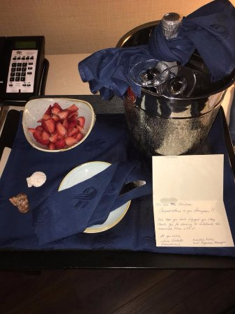 The Waterfront Beach Resort, A Hilton Hotel: Champagne surprise on our last night