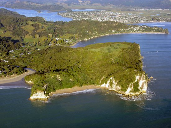 Cooks Beach, Neuseeland: View of Shakespeare Cliff and Whitianga in the distance