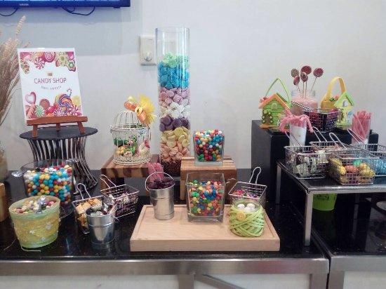 Bahi Ajman Palace Hotel: стол сладостей для детей)