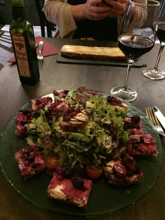 Cheese's Art: Toasts with goats cheese and forest fruits and salad and good wine!