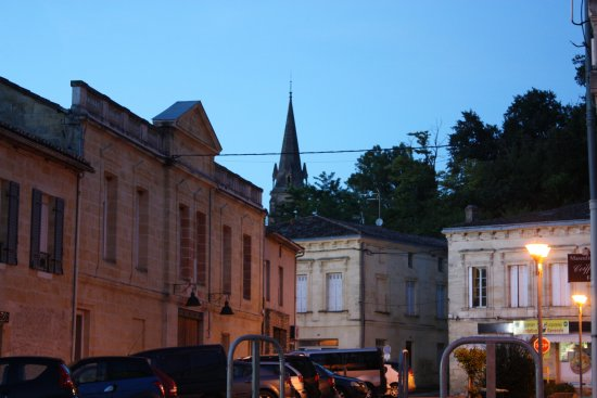 Langoiran, Francia: Looking back into town from one side of restaurant