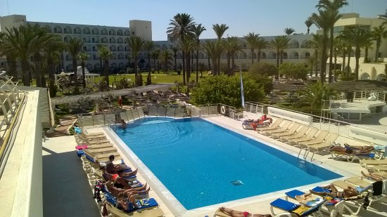 PrimaSol El Mehdi : Бассейн у ресторана на берегу.Вид на правое крыло отеля.