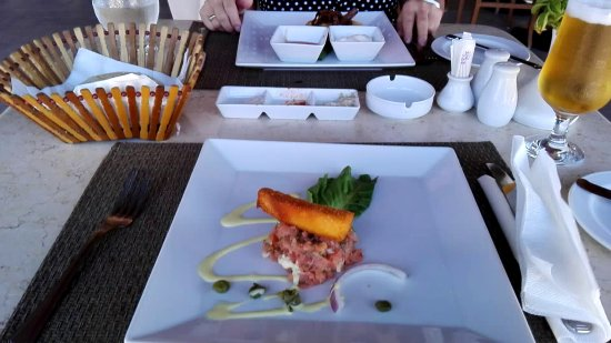 Steigenberger Makadi Hotel: Ein Lachstatar als Vorspeise im Strandrestaurant