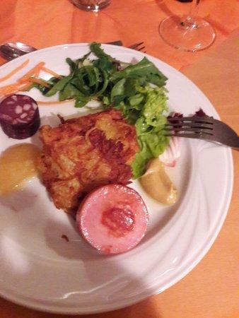 Korschenbroich, Alemania: Reibekuchen mit Flewisch und Blutwurst