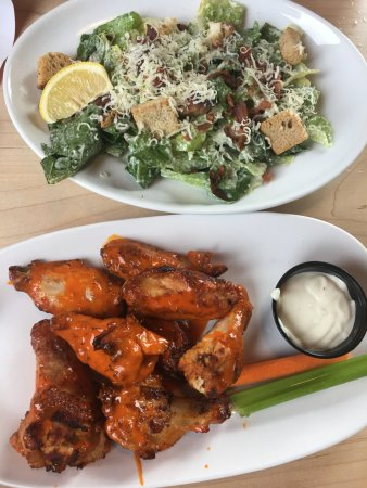 Uxbridge, Canada: double oven roasted hot wings and side caesar salad