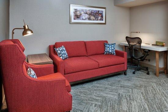 Hilton Garden Inn Detroit Downtown: King Jr. suite work area