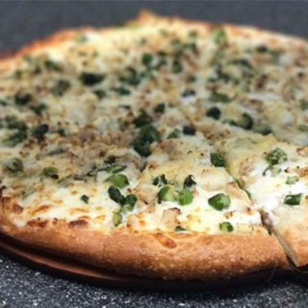 Hart, Μίσιγκαν: A customer favorite...Chicken and Asparagus Pizza! *Seasonal item (May-June)