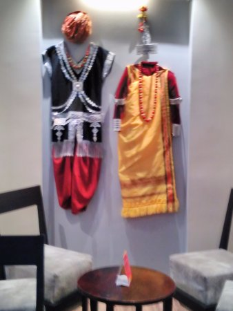 Hotel Polo Towers: Ethnic decor in the lobby