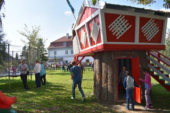 Zirc, Magyarország: Gyermekek játszanak a kertben(háttérben az étterem)
