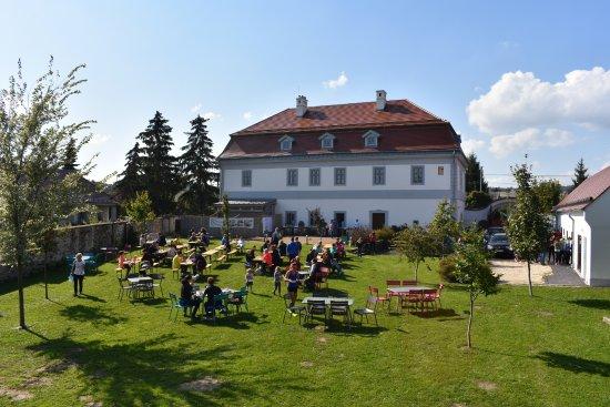 Zirc, Magyarország: Kilátás a faházikóból az étteremre és a kertre