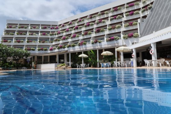 Cha-Am Methavalai Hotel: Allas on riittävän pitkä.
